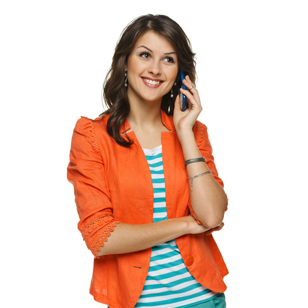 Devojka priča preko mobilnog uređaja